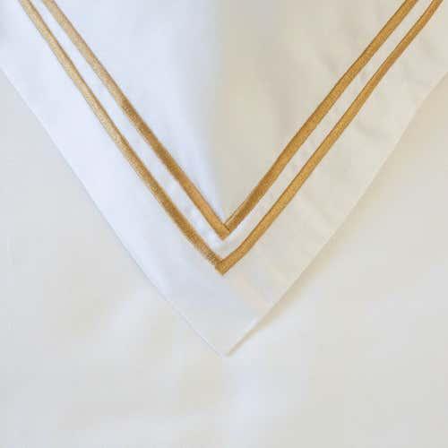 Linge de lit en satin de coton Pima 300 fils/cm² - 750TC  à double cordon doré – housse de coussin